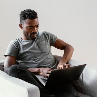 Homem de tiro médio trabalhando em casa