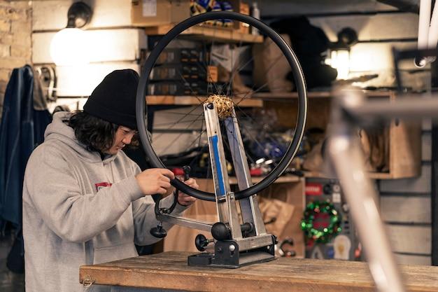 Homem de tiro médio trabalhando na roda