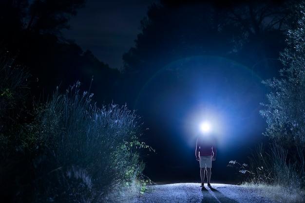 Homem de tiro no escuro com luz principal