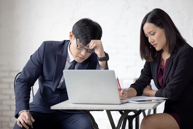 Homem de trabalho remoto on-line preocupado e desapontado em traje casual com laptop