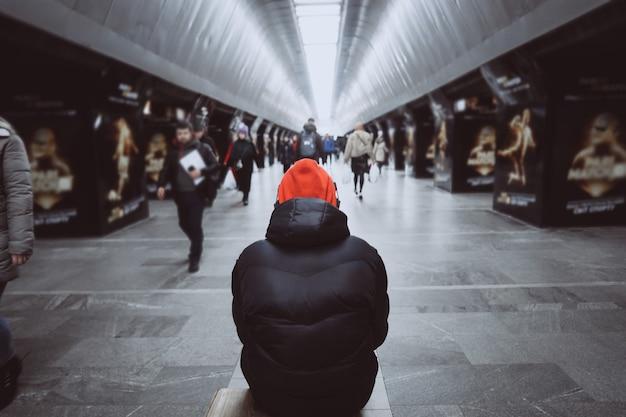 Homem de trás do metrô. pessoas na área metropolitana