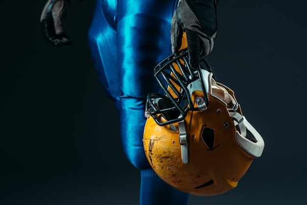 Homem de uniforme com capacete de futebol