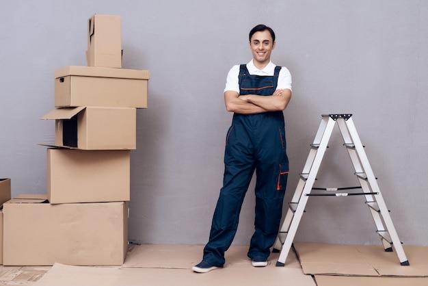Homem de uniforme com escada.