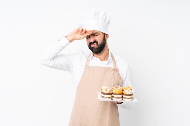 Homem de uniforme de chef sobre parede isolada
