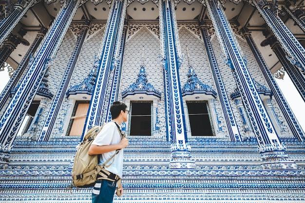 Homem de viagens e templo tailandês