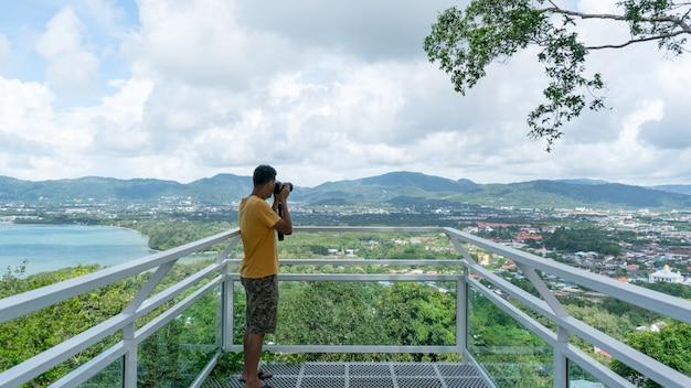 Homem de viagens fotografia tirar uma foto paisagem com vista da natureza em phuket tailândia bela paisagem de ponto de vista.