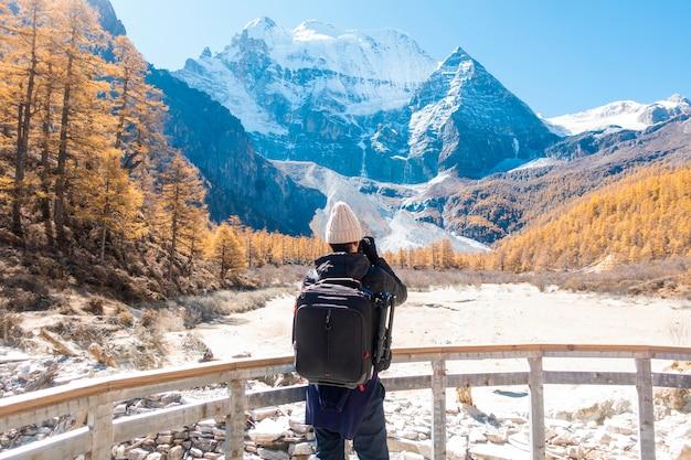 Homem de viajante é fotografia vista de montanha no outono