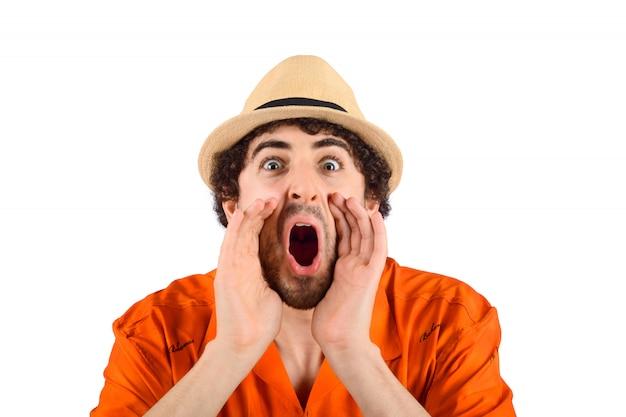 Homem de viajante gritando para a frente.