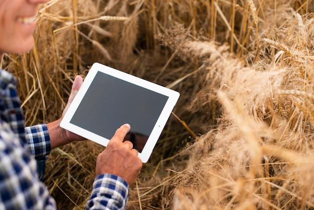 Homem de visão de ângulo de mock-up com um tablet