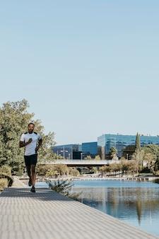 Homem de visão frontal correndo ao ar livre