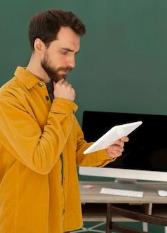 Homem de visão lateral com tablet