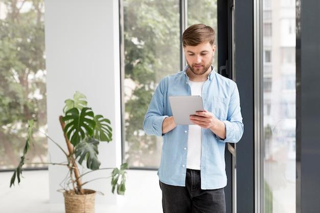 Homem de vista frontal com tablet