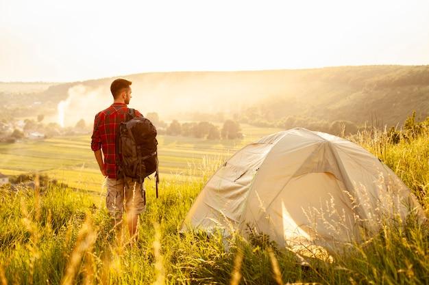 Homem de vista frontal com tenda