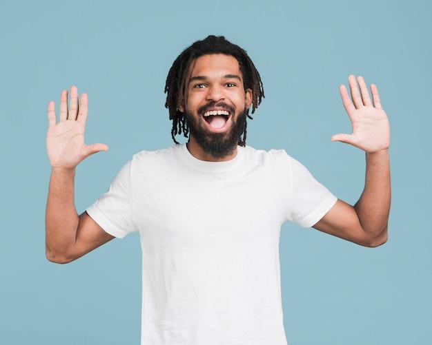 Homem de vista frontal com uma camiseta branca