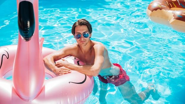 Homem de vista frontal no anel de mergulho flamingo