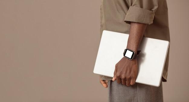 Homem de vista lateral segurando laptop