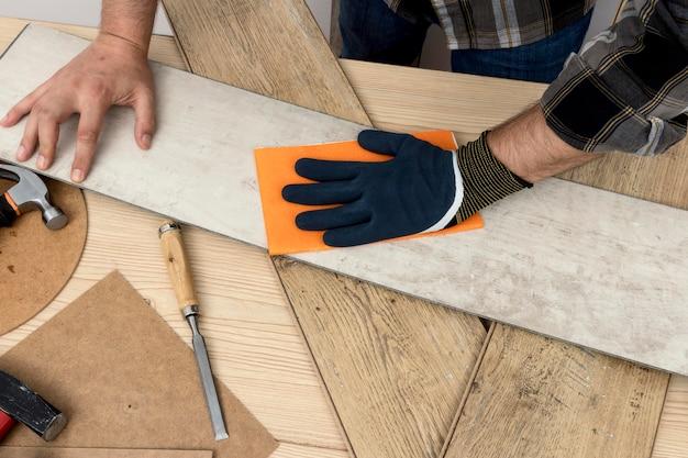 Homem de vista superior usando lixa conceito de oficina de carpintaria