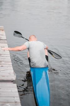 Homem de vista traseira em canoa