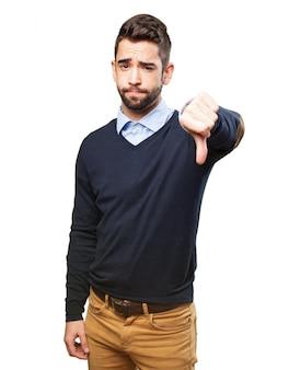 Homem decepcionado com polegar para baixo