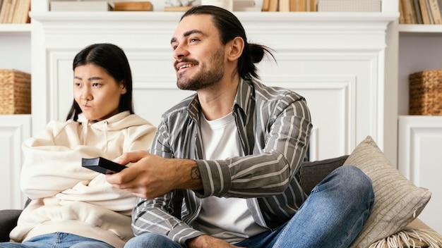 Homem decidindo qual filme assistir