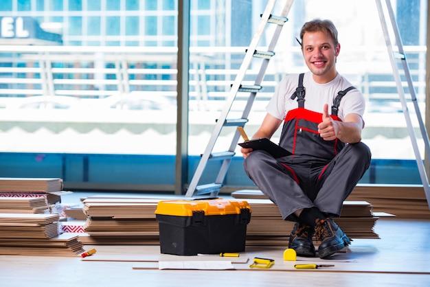 Homem, deitando, laminado, pavimentando, em, construção
