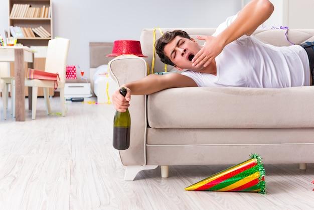 Homem depois de pesados festas de natal em casa