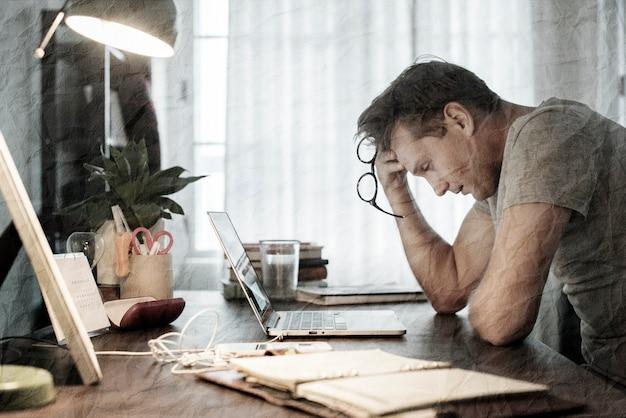 Homem deprimido devido ao impacto econômico da pandemia de coronavírus