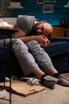 Homem deprimido, furioso, desesperado, chateado, tendo colapso nervoso
