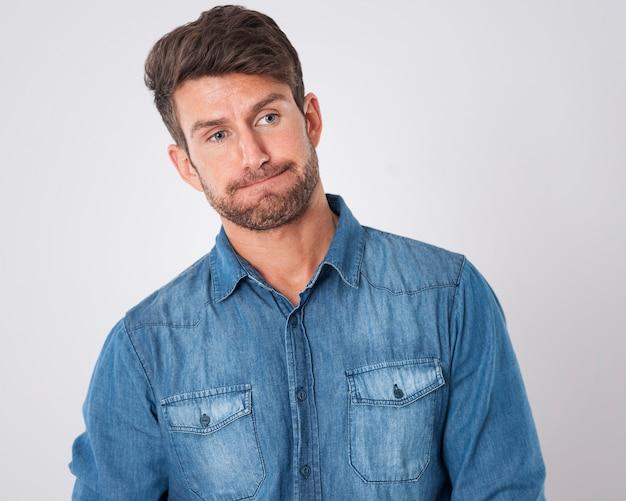 Homem desapontado vestindo uma camisa jeans