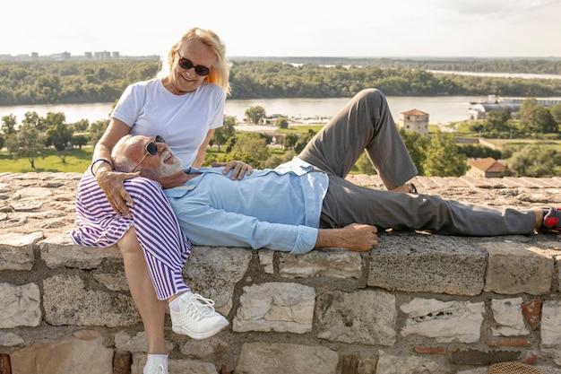 Homem descansando a cabeça nas pernas de uma mulher