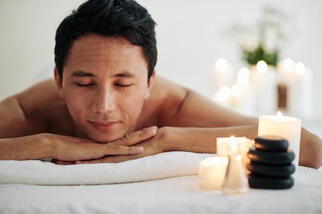 Homem descansando após massagem no spa