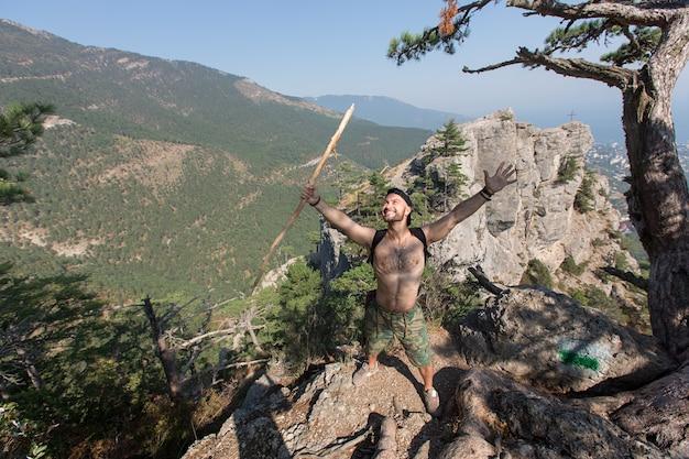 Homem descansando no topo de uma falésia e apreciar a vista