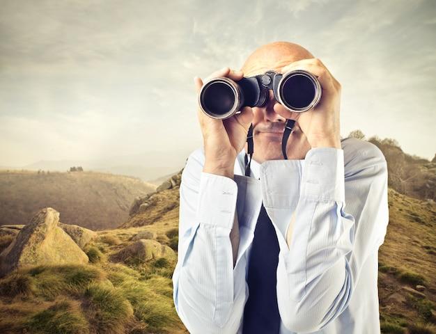 Homem, descobrindo, com, binocular