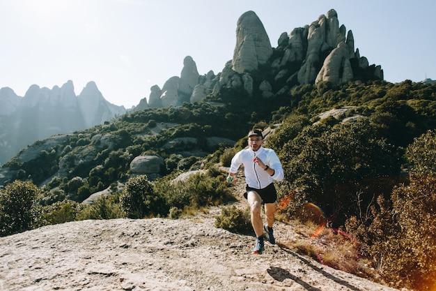 Homem descolado com tatuagens ultra trail runner