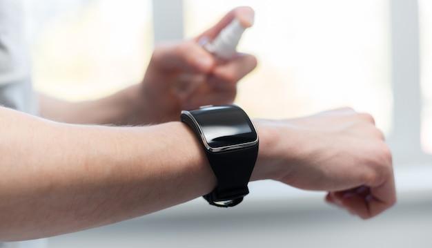 Homem descontaminando seu smartwatch