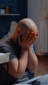 Homem desesperado sobrecarregado devido ao aviso de despejo digital