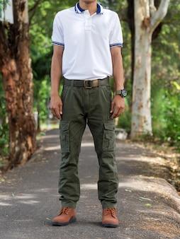 Homem, desgastar, carga, calças, ficar, em, a, natureza, parque