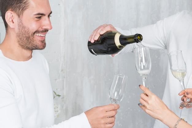 Homem, despejar, champanhe, em, óculos, ligado, partido