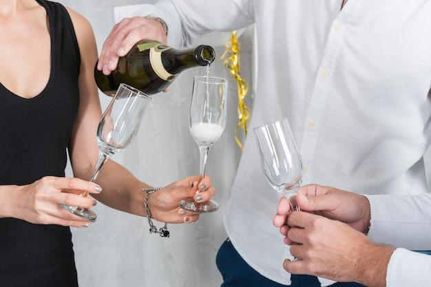 Homem, despejar, champanhe, em, óculos