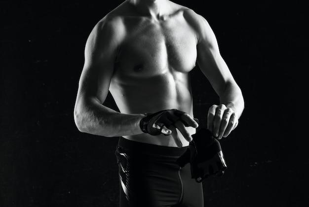 Homem desportivo com corpo bombeado e calcinha branca a fazer exercício físico