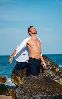 Homem despreocupado na praia no verão