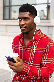 Homem desviando o olhar enquanto ouve música