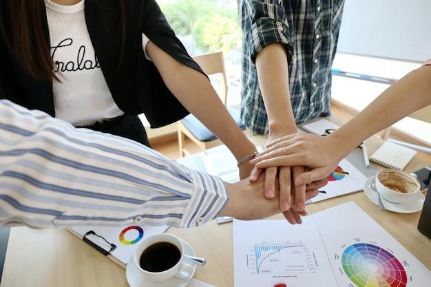 Homem digitando a mão do teclado laptop. business team working startup escritório moderno