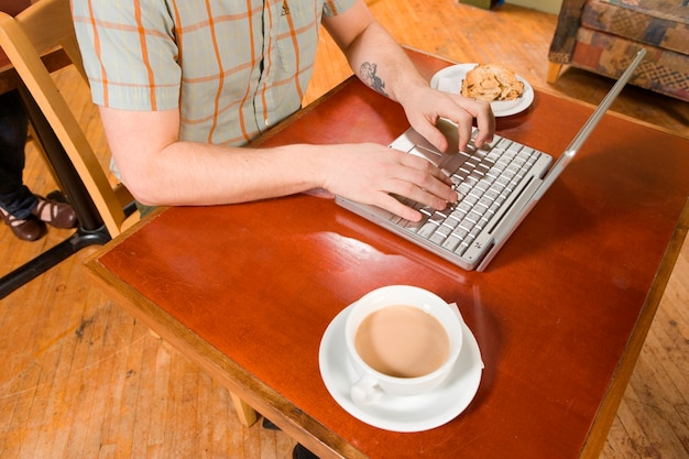 Homem, digitando, com, café, e, scone