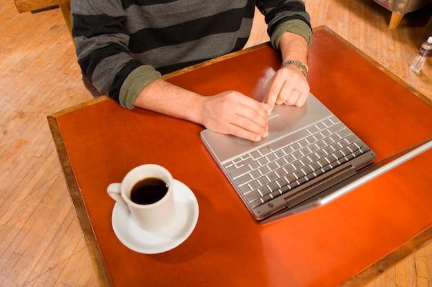 Homem, digitando, com, café