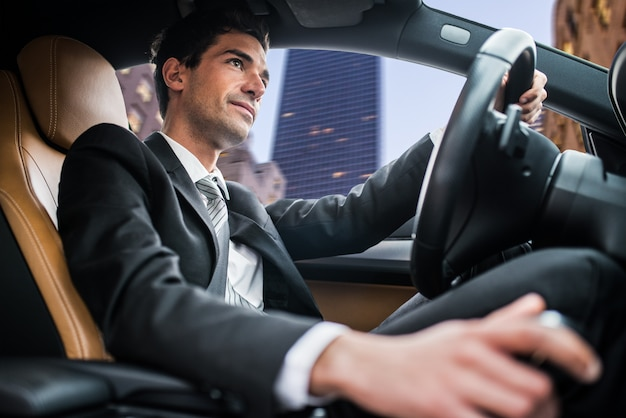Homem, dirigindo, car, em, um, cidade