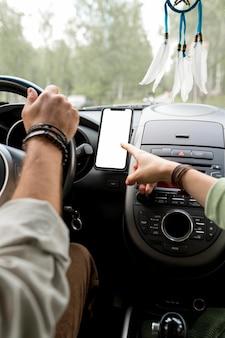 Homem dirigindo carro com namorada dando instruções