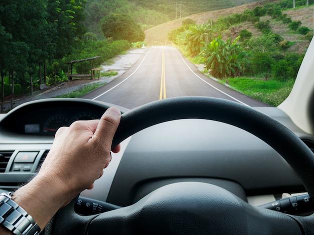 Homem, dirigindo carro, estrada