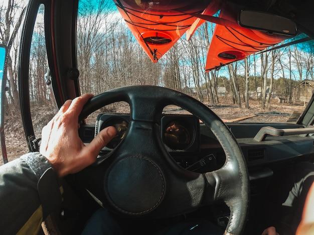 Homem dirigindo carro suv pela estrada de trilha da floresta