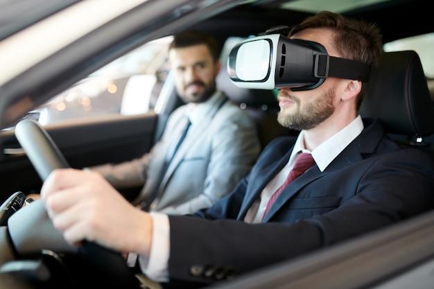 Homem dirigindo no fone de ouvido da realidade virtual